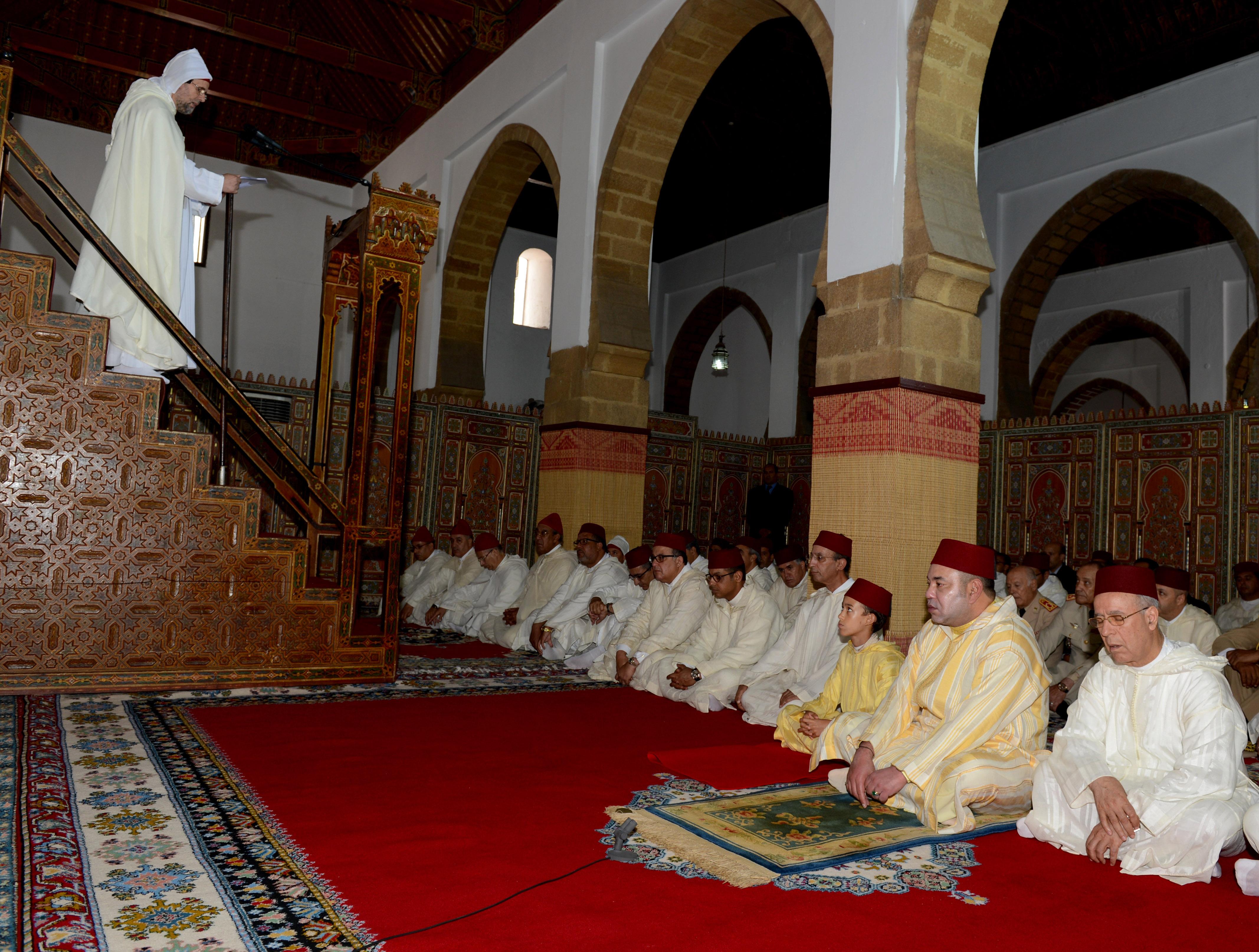Sm le roi amir al mouminine accomplit la pri re du for Mosquee hassan 2 interieur