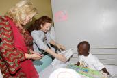 صاحبة السمو الملكي الأميرة للا سلمى تسلم هبة أدوية لمصلحة أنكولوجيا الأطفال بمستشفى تريشفيل الجامعي بأبيدجان