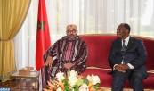 SM el Rey Mohammed VI se entrevista a solas, en el Palacio presidencial en Abiyán, con el Presidente de la República de Costa de Marfil, Su excelencia Alassane Ouattara