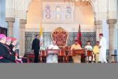 """Amir Al Muminin, SM el Rey Mohammed VI, y Su Santidad el Papa Francisco firman, en la Sala del Trono en el Palacio Real de Rabat, el """"Llamamiento de Al Qods"""""""