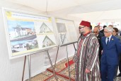 SM el Rey Mohammed VI coloca la primera piedra de un centro de proximidad para mujeres y niños en Mers El Kheir  (Prefectura de Skhirat-Temara) y entrega equipamientos a promotores de proyectos de la región