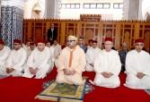 SM el Rey Mohammed VI, Amir al Muminin, cumple la oración del viernes en la mezquita Palestina en Salé