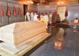 SM el Rey Mohammed VI, Amir Al Muminin, se recoge ante la tumba del Difunto SM el Rey Mohammed V, con motivo del décimo día del mes sagrado del Ramadán, que coincide con el aniversario del fallecimiento del Padre de la Nación
