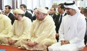 SM el Rey Amir Al Muminin cumple la oración del viernes en compañía de Cheikh Mohammed ben Zayed Al Nahyane, Príncipe heredero de Abu Dabi, en la Mezquita Soltane Ben Zayed I en Abu Dabi