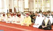 SM el Rey Mohammed VI, Amir Al Muminin (Comendador de los Creyentes), cumple la oración del viernes  en la Mezquita Soltane Ben Zayed I en Abu Dabi