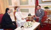 SM el Rey Mohammed VI recibe, en la sede de su residencia en Túnez, a Oum Al Kheir Hached, viuda de Farhat Hached, y a su hijo Noureddine Hached, presidente de la Fundación Farhat Hached