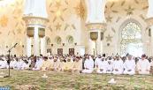 SM el Rey Mohammed VI, Amir Al Muminin, cumple la oración del viernes en compañía del Jeque Mohammed ben Zayed Al Nahyane, Príncipe Heredero de Abu Dabi, en la Gran Mezquita del Jeque Zayed en Abu Dabi