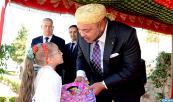 """SM el Rey Mohammed VI da, en la escuela """" Omar Ibn Al Khattab"""" en M'diq (Norte), la señal de inicio oficial del curso escolar 2014-2015 y lanza la iniciativa real """"Un millón de mochilas escolares"""""""