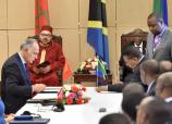 SM el Rey Mohammed VI y el Presidente tanzano, John Pombe Magufuli, presiden, en el Palacio Presidencial en Dar es Salaam, la ceremonia de firma de 22 convenios y acuerdos bilaterales