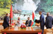 SM el Rey Mohammed VI y el presidente de la República de Madagascar, Hery Rajaonarimampianina, presiden, en el Palacio Presidencial en Antananarivo, la ceremonia de firma de veintidós convenios y acuerdos de cooperación bilateral