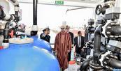"""SM el Rey , Jefe Supremo y Jefe de Estado Mayor General de las FAR, inaugura en Dakhla la barcaza para la desalinización de agua de mar """"Oued Massa"""""""