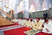 SM el Rey Mohammed VI, Amir Al Muminin, cumple la oración del viernes en la Mezquita Al Imam Al Boukhari en Tánger
