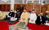 SM el Rey Mohammed VI (Emir de los Creyentes) cumple la oración del viernes en la mezquita de Ashura en Zanzíbar en la República Unida de Tanzania