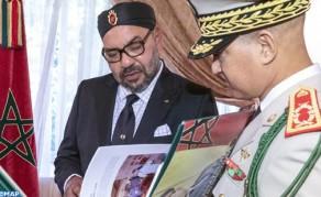 SM el Rey recibe en Alhucemas al inspector general de las FAR, quien entregó al Soberano un libro sobre la acción Real de modernización de esta valerosa institución