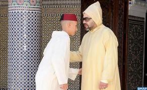 SM el Rey, Amir Al Muminin, cumple la oración de Aid Al Fitr en la mezquita Ahl Fes en Rabat y recibe las felicitaciones con motivo de esta feliz ocasión