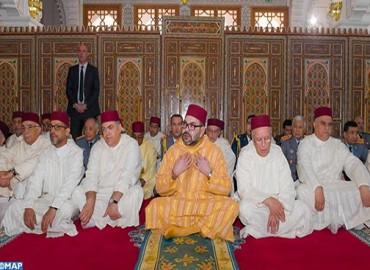 SM le Roi, Amir Al Mouminine, accomplit la prière du vendredi à la mosquée Othmane Ibn Affane à Douiyet (province Moulay Yaâcoub)