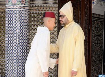 SM le Roi, Amir Al-Mouminine, accomplit la prière de l'Aïd Al-Fitr à la Mosquée Ahl Fès à Rabat et reçoit les vœux en cette heureuse occasion