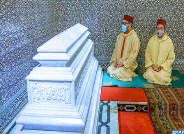 SM el Rey, Amir Al Muminin, se recoge ante la tumba del Difunto SM el Rey Hassan II