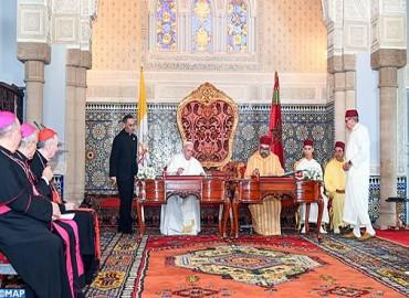 Amir Al Muminin, SM el Rey Mohammed VI, y Su Santidad el Papa Francisco firman el