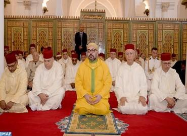 """أمير المؤمنين يؤدي صلاة الجمعة بمسجد """"الكتبية"""" بمدينة مراكش"""