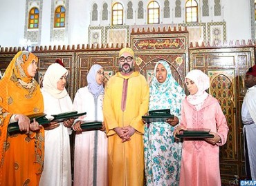 HM the King, Commander of the Faithful, Hands Mohammed VI Prize to Majors of 2017-2018 National Program to Combat Illiteracy in Mosques