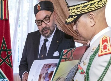 SM le Roi reçoit à Al-Hoceima l'Inspecteur Général des FAR qui a remis au Souverain un livre sur l'action royale de modernisation de cette valeureuse institution