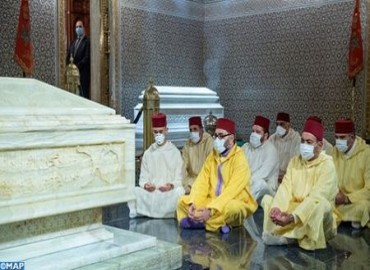 SM el Rey, Amir Al Muminin, se recoge ante la tumba del Difunto SM el Rey Mohammed V