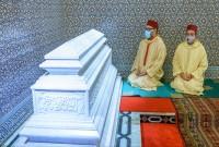 SM el Rey Mohammed VI, Amir Al Muminin, se recoge ante la tumba del Difunto SM el Rey Hassan II